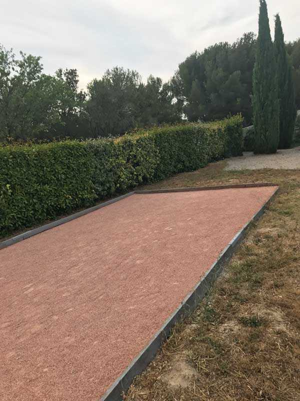 terrain de petanque sable de marbre rose