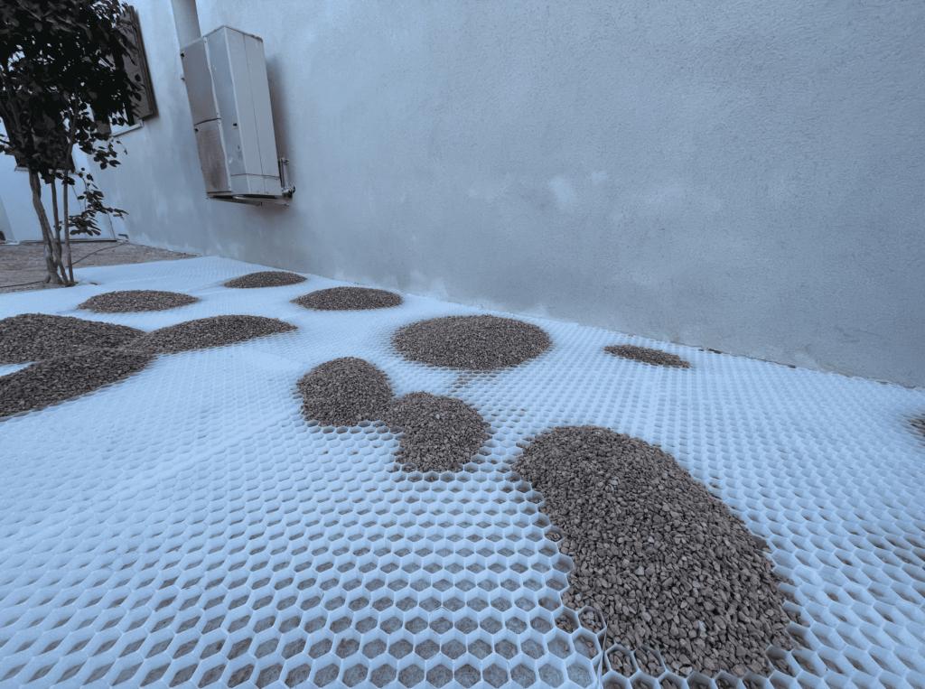 Comment poser des dalles alvéolées pour gravier ?